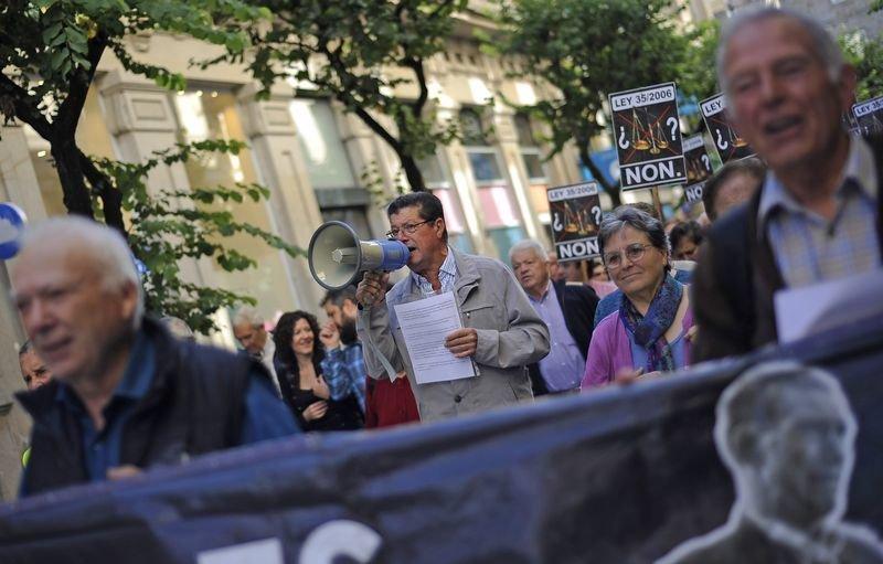 Los emigrantes retornados por la calle del Paseo, en la manifestación del pasado miércoles (MARTIÑO PINAL).