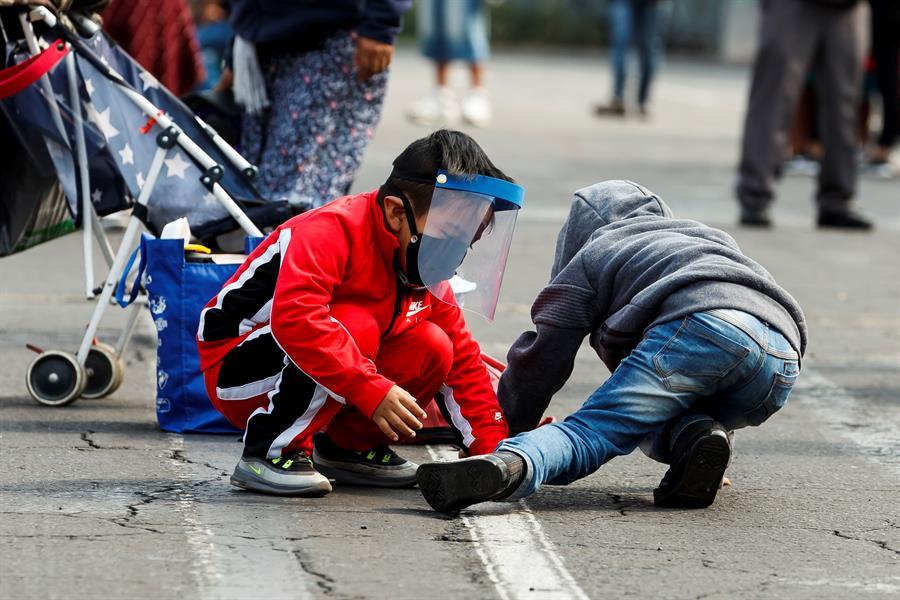 Dos niños jugando en la calle (EFE).