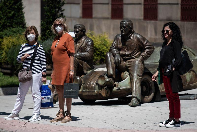 OURENSE (PARQUE DE SAN LÁZARO). 20/05/2020. OURENSE. El jueves 21 de mayo se hace efectiva la nueva norma del uso obligatorio de las mascarillas de protección en la vía pública, para luchar contra el contagio del COVID-19. FOTO: ÓSCAR PINAL