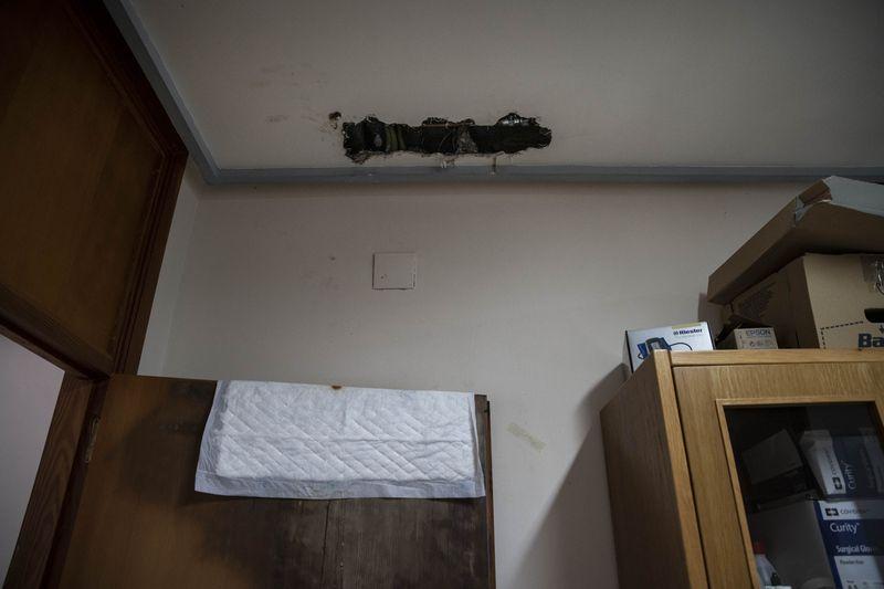 CASTRO CALDELAS (P.A.C.). 23/01/2021. OURENSE. Mal estado del centro de saúde P.A.C. de Castro Caldelas con goteras, charcos en salas e incluso el agua del grifo sale con óxido. FOTO: ÓSCAR PINAL